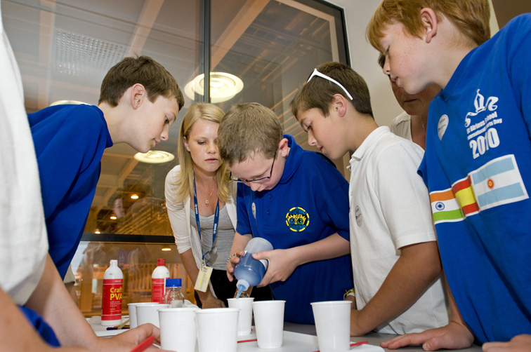 Lindsey Hobson (ISIS) shows the children how to make putty and slime,